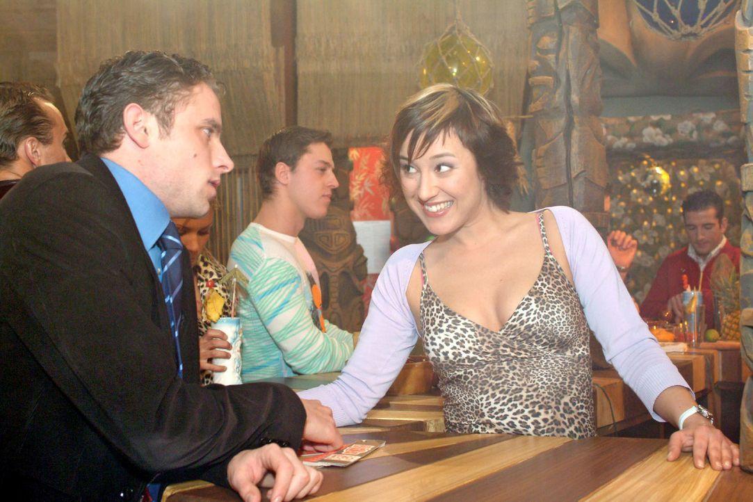 Max (Alexander Sternberg, l.) kann es nicht fassen: Yvonne (Bärbel Schleker, r.) ist ihm bis in die Bar gefolgt. - Bildquelle: Monika Schürle Sat.1