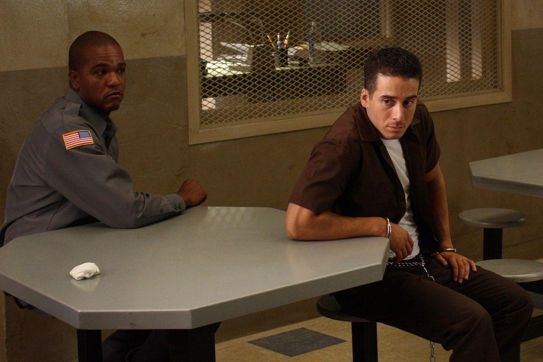 Sitzt Dylan Noakes (Kirk Acevedo, r.) unschuldig im Gefängnis? - Bildquelle: Warner Bros. Television