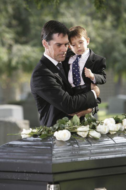 Müssen Abschied nehmen von einem geliebten Menschen: Hotch (Thomas Gibson, l.) und Jack (Cade Owens, r.) ... - Bildquelle: Adam Taylor 2009 ABC Studios. All rights reserved. / Adam Taylor