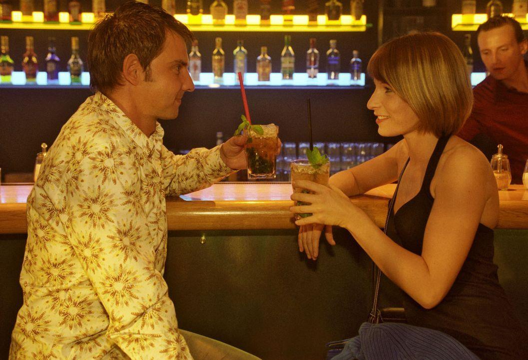Verena (Nadine Seiffert, r.) und Tom (Steven Merting, l.) haben sich in der Bar verabredet und hoffen, einen entspannten Abend miteinander verbringe... - Bildquelle: Claudius Pflug Sat.1