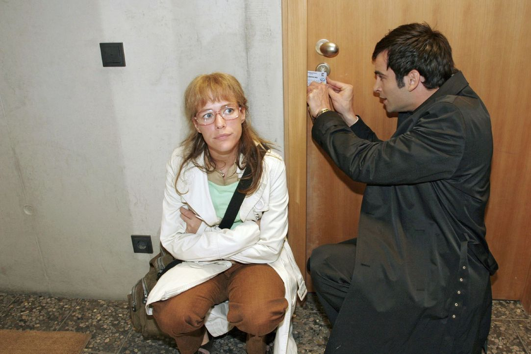 In Sorge um den in letzter Zeit meist deprimierten Hugo machen sich Lisa (Alexandra Neldel, l.) und David (Mathis Künzler, r.) daran, die Tür zu des... - Bildquelle: Noreen Flynn Sat.1