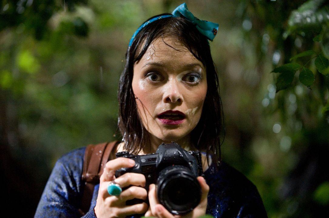 Fotografin Tanja (Alexandra Kalweit) schreckt vor keinem Hindernis zurück, um Fotos für Mias Story zu bekommen ... - Bildquelle: SAT.1