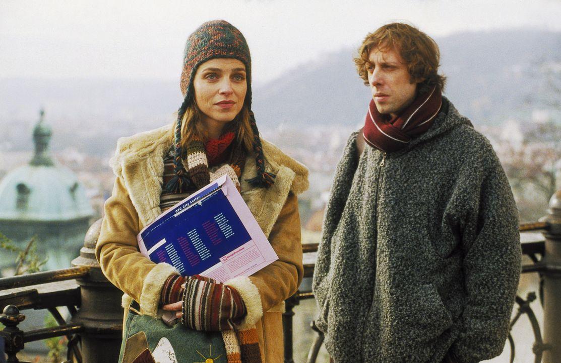 Die Beschäftigung mit der Vergangenheit führt Lenny (Oliver Korittke, r.) und Helena (Lucie Zednicková-Pokorná, l.) mitten in die Wirren des Prager... - Bildquelle: Jiri Hanzl ProSieben