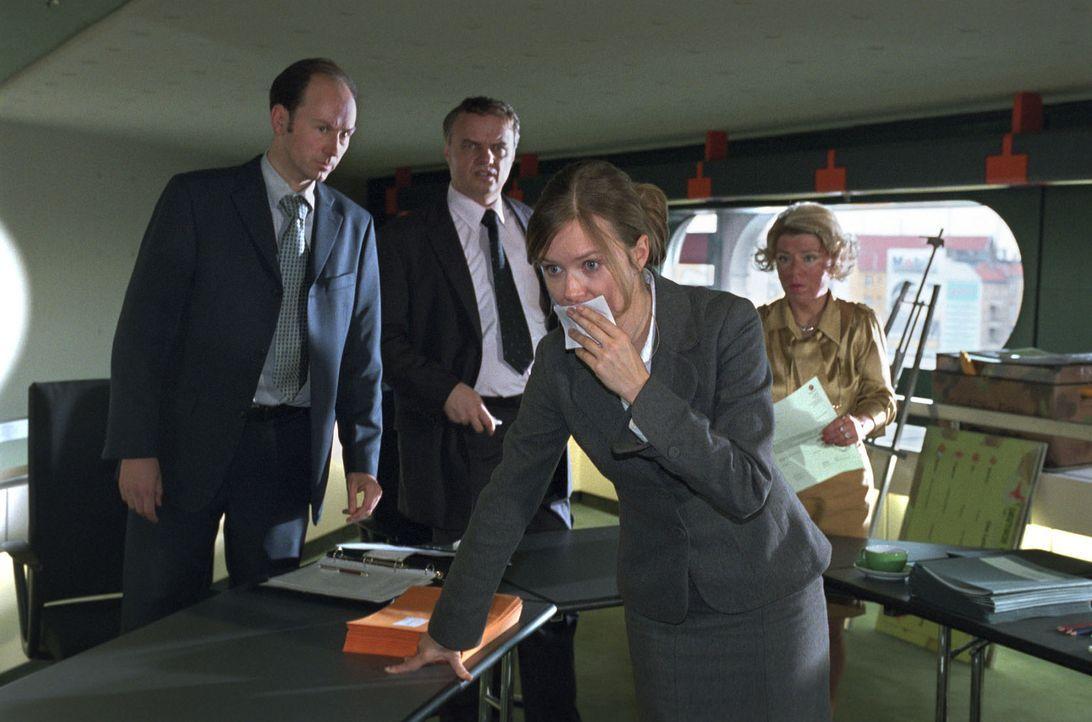 Während des Entlassungsgespräches mit ihrer Vorgesetzten Frau Schulte-Westenberg (Karla Trippel, r.) hat Nina (Stefanie Stappenbeck, vorne) einen Üb... - Bildquelle: Katrin Knoke Sat.1