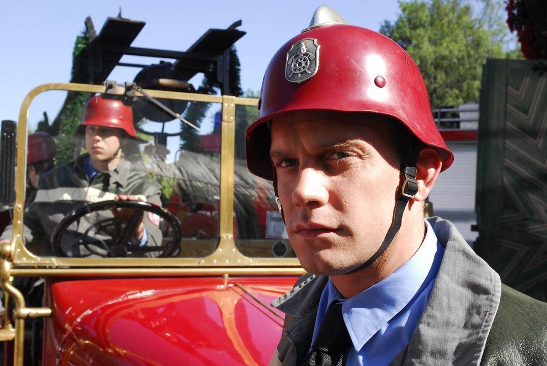 Der ehrgeizige Feuerwehrmann Sebastian (Sebastian Bezzel) scheint in den Mordfall verwickelt zu sein. - Bildquelle: Hans Seidenabel Sat.1