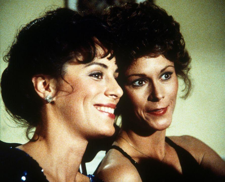 Zwischen der Prinzessin (Jane Kaczmarek, l.) und Amanda (Kate Jackson, r.) entwickelt sich ein freundschaftliches Verhältnis. Aber noch immer läuft... - Bildquelle: CBS Television