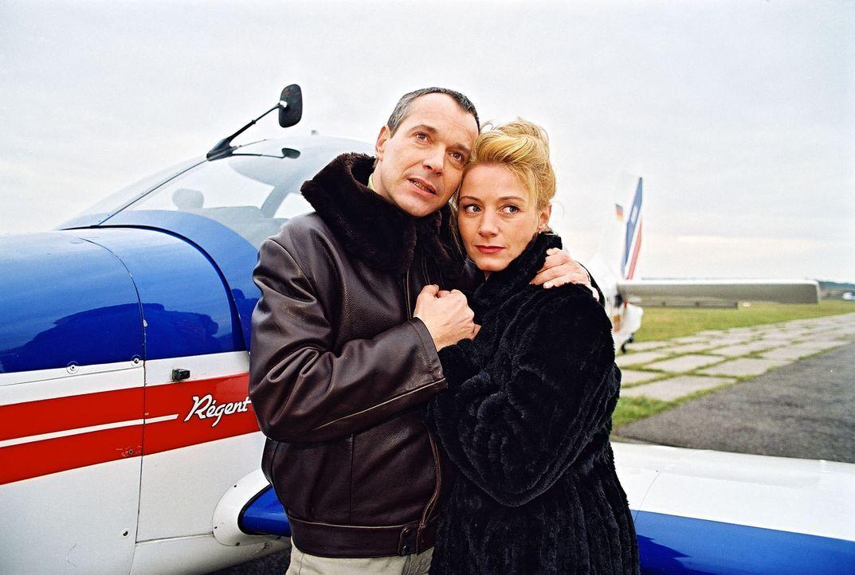 Dr. Stein (Christoph Schobesberger, l.) schwebt mit seiner neuen Freundin Leonie (Gabriele Benesch, r.) auf Wolke sieben. Was er allerdings nicht we... - Bildquelle: Noreen Flynn Sat.1