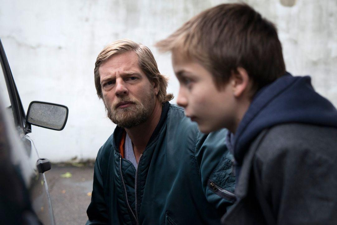 Ahnt, dass der kleine Lukas (Miguel Wansing Lorrio, r.) den Mord beobachtet hat: Mick (Henning Baum, l.) ... - Bildquelle: Martin Rottenkolber SAT. 1
