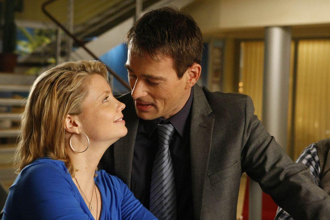 Durch einen neuen Fall steht ihre Liebe auf dem Spiel: Danni (Annette Frier, l.) und Oliver (Jan Sosniok, r.) ... - Bildquelle: Frank Dicks SAT.1