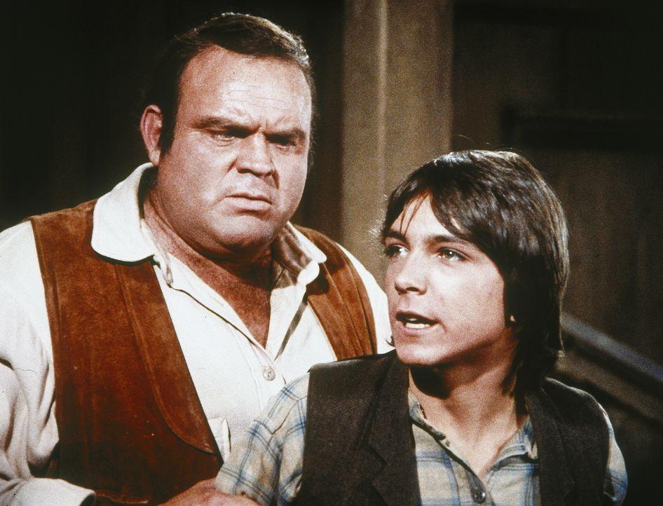 Als der Lehrer Doc Lyman erschossen aufgefunden wird, fällt der Verdacht gleich auf den renitenten Billy Burgess (David Cassidy, r.), der von Hoss (... - Bildquelle: Paramount Pictures