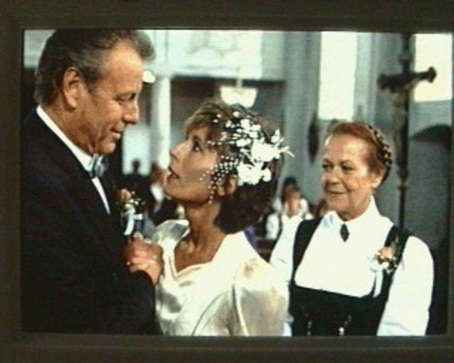 """Der Bergdoktor (Gerhart Lippert, l.) und Sabina (Anita Zagaria, M.) sagen endlich """"Ja"""". Franzi (Enzi Fuchs, r.) hat ein großes Fest organisiert ... - Bildquelle: Ewald Wenck SAT.1"""