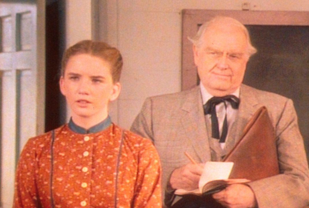 Der Schulrat Mr. Williams (Parley Bear, r.) ist sehr zufrieden mit der neuen Lehrerin. Denn Laura (Melissa Gilbert, l.) ist es gelungen, einen schle... - Bildquelle: Worldvision