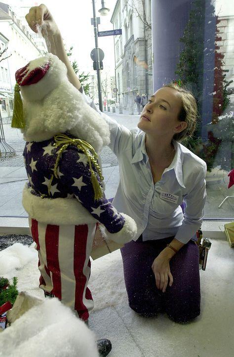 Mit viel Liebe schafft Claudia (Deborah Kaufmann) eine anheimelnde Weihnachtsdekoration für das Kaufhaus WILLMAN'S. Damit erringt sie das Interesse... - Bildquelle: Thomas Schumann/s.e.t. ProSieben