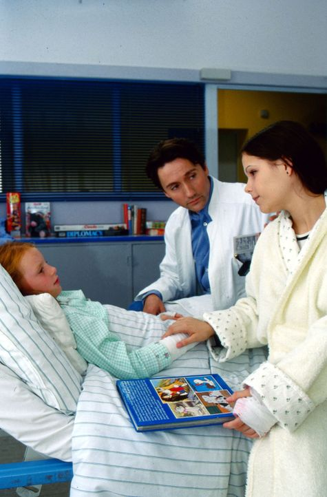 Dr. Kampmann (Ulrich Reinthaller, M.) bringt die lebensmüde Julia (Christina Drechsler, r.) und die kleine Henriette (Ella Heinecke, l.) zusammen. - Bildquelle: Peter Krajewsky Sat.1