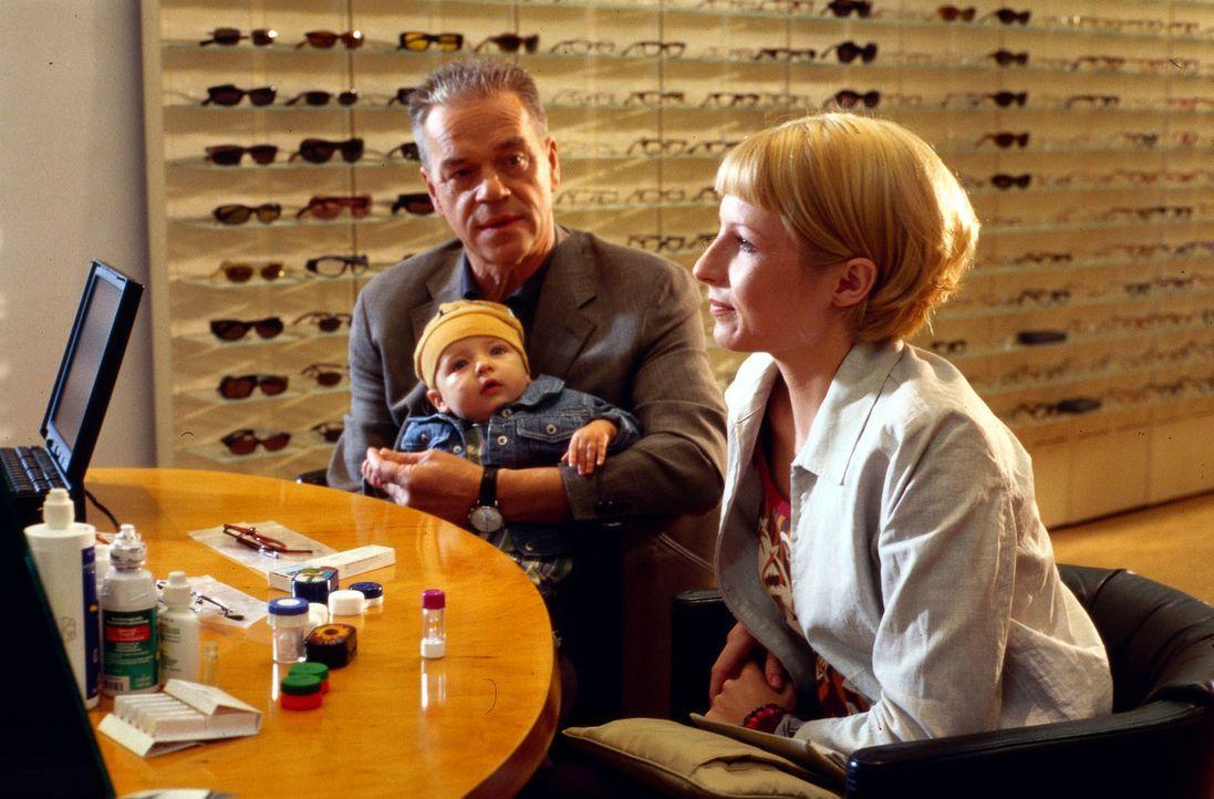 Kommissar Wolff (Jürgen Heinrich, M.) ist mit seinem Enkel Luis und seiner Tochter Verena (Nadine Seiffert, r.) beim Optiker, um eine neue Brille au... - Bildquelle: Alfred Raschke Sat.1