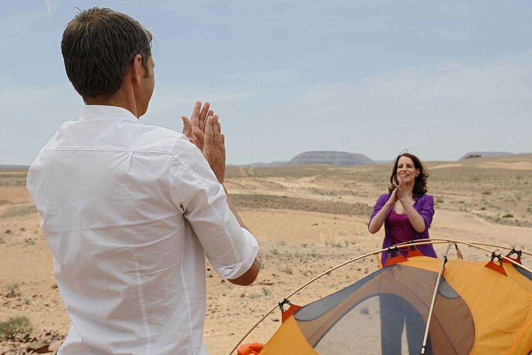 Ausgerechnet mit ihrem Exmann Hajo (Kai Wiesinger, l.) soll Nina (Stefanie Höner, r.) eine Nacht in einem Zelt mitten in der Wüste verbringen. Kann... - Bildquelle: Sife Ddine ELAMINE SAT.1