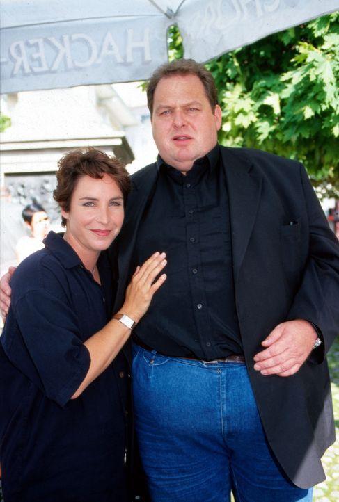 Katerina Jacob (l.) und Ottfried Fischer (r.) in einer Drehpause - Bildquelle: Magdalena Mate Sat.1