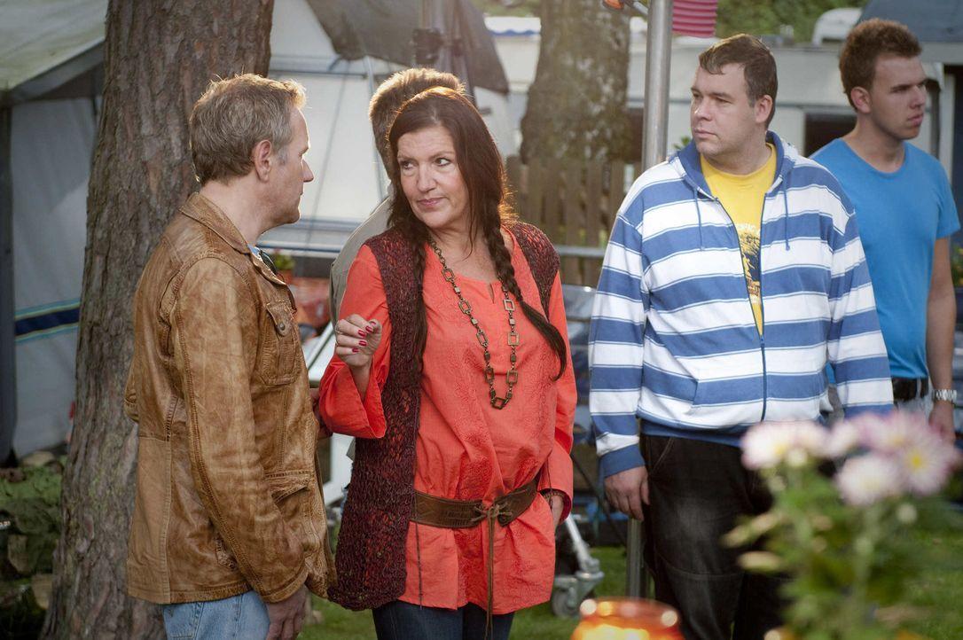 Noch glaubt Rita (Katy Karrenbauer, 2.v.l.), dass ihr Mann Harry nichts von ihrem Verhältnis mit Wim (Ronald Top, l.) weiß. Doch dann wird Harry erm... - Bildquelle: Martin Rottenkolber SAT.1