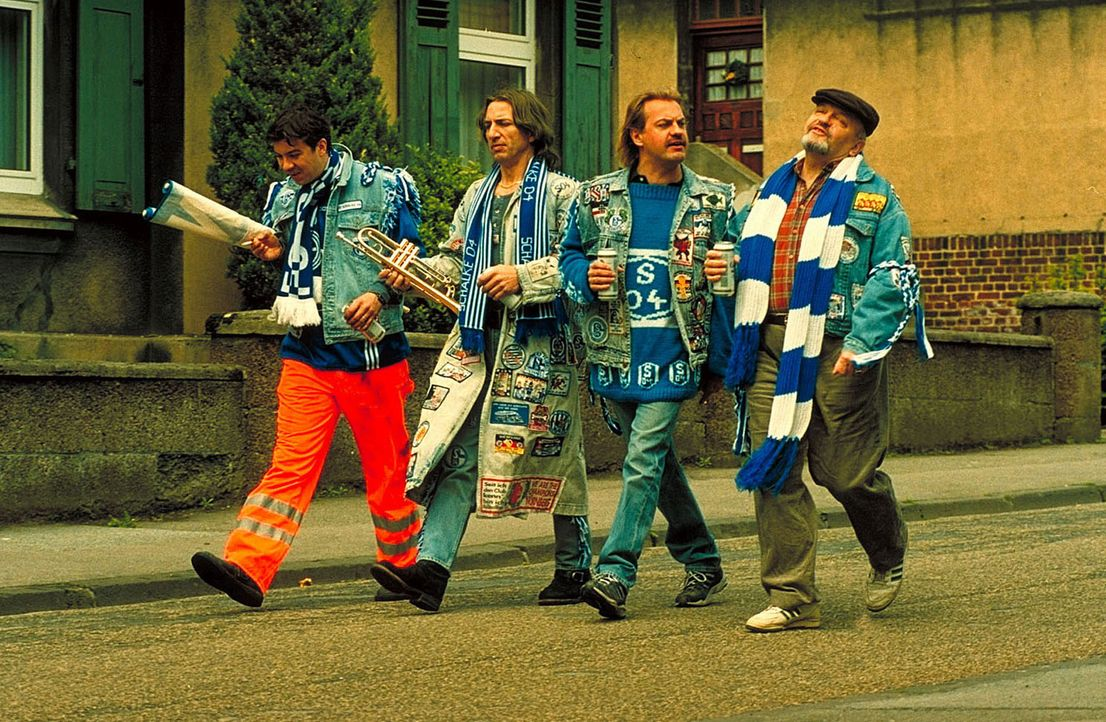 Eingefleischte Schalke-Fans: Bernie (Michael Sideris, l.), Mike (Ralf Richter, 2.v.l.), Hans (Uwe Ochsenknecht, 2.v.r.) und Theo (Walter Gontermann,... - Bildquelle: Seven Pictures