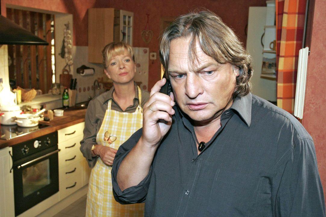 Bernd (Volker Herold, r.) und Helga (Ulrike Mai, l.) sind entsetzt, als sie telefonisch die Schreckensnachricht über Lisas Zusammenbruch erhalten. - Bildquelle: Noreen Flynn Sat.1