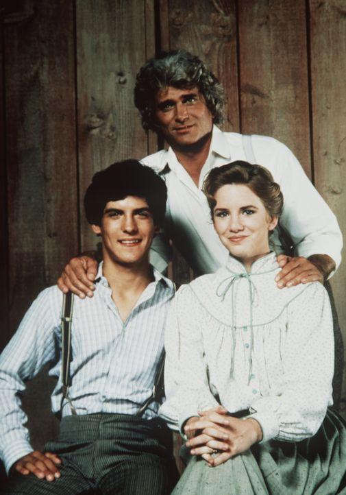 Charles Ingalls (Michael Landon, M.) mit seinem Adoptivsohn Albert (Matthew Laborteaux, l.) und seiner Tochter Laura (Melissa Gilbert, r.). - Bildquelle: Worldvision