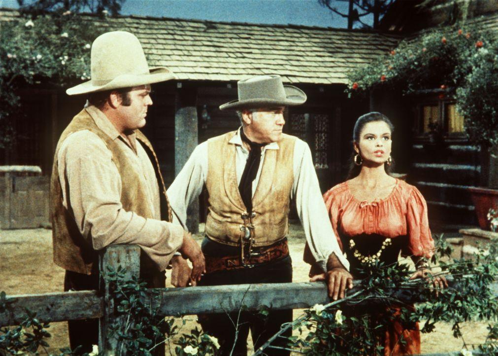 Das Zigeunermädchen Tirza (Susan Harrison, r.) eröffnet Ben (Lorne Greene, M.) und Hoss Cartwright (Dan Blocker, l.), dass sie von ihrer abergläubis... - Bildquelle: Paramount Pictures