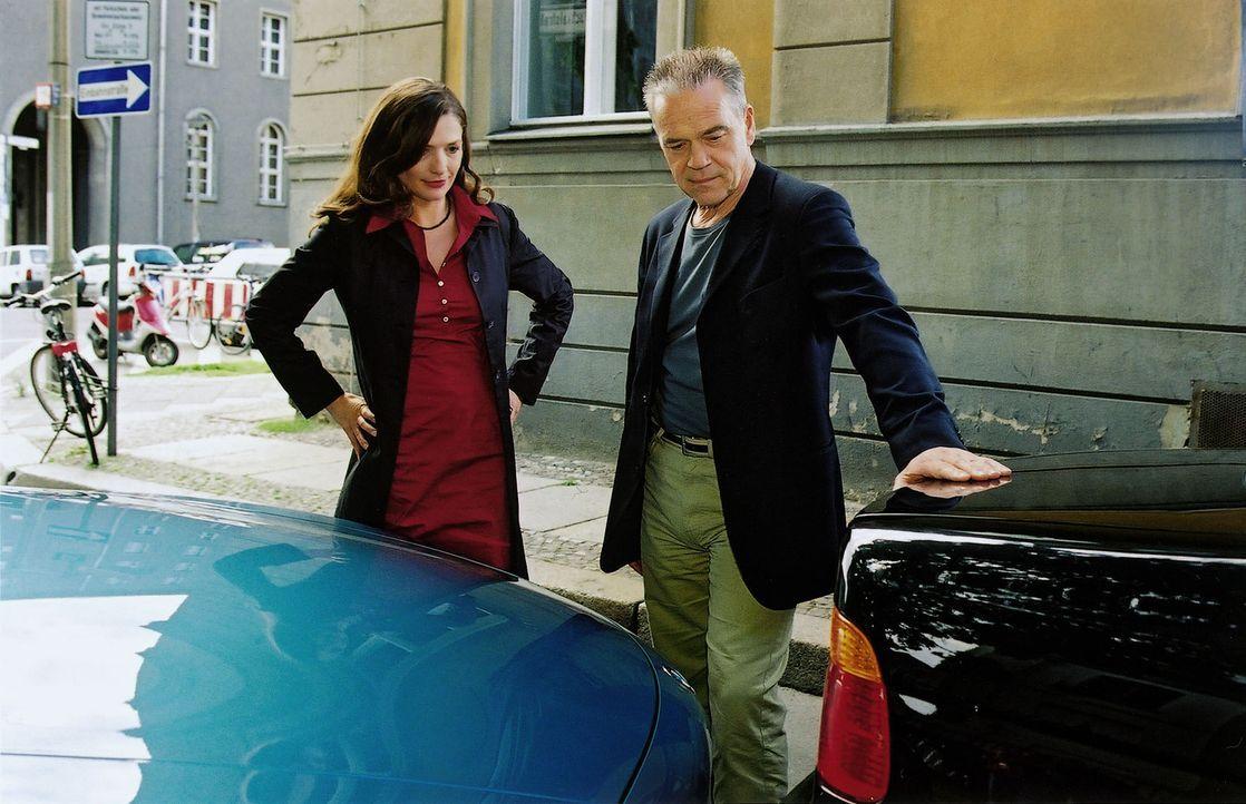 Zwischen Kommissar Wolff (Jürgen Heinrich, r.) und Nelly Traub (Iris Böhm, l.) hat's gekracht. - Bildquelle: Claudius Pflug Sat.1