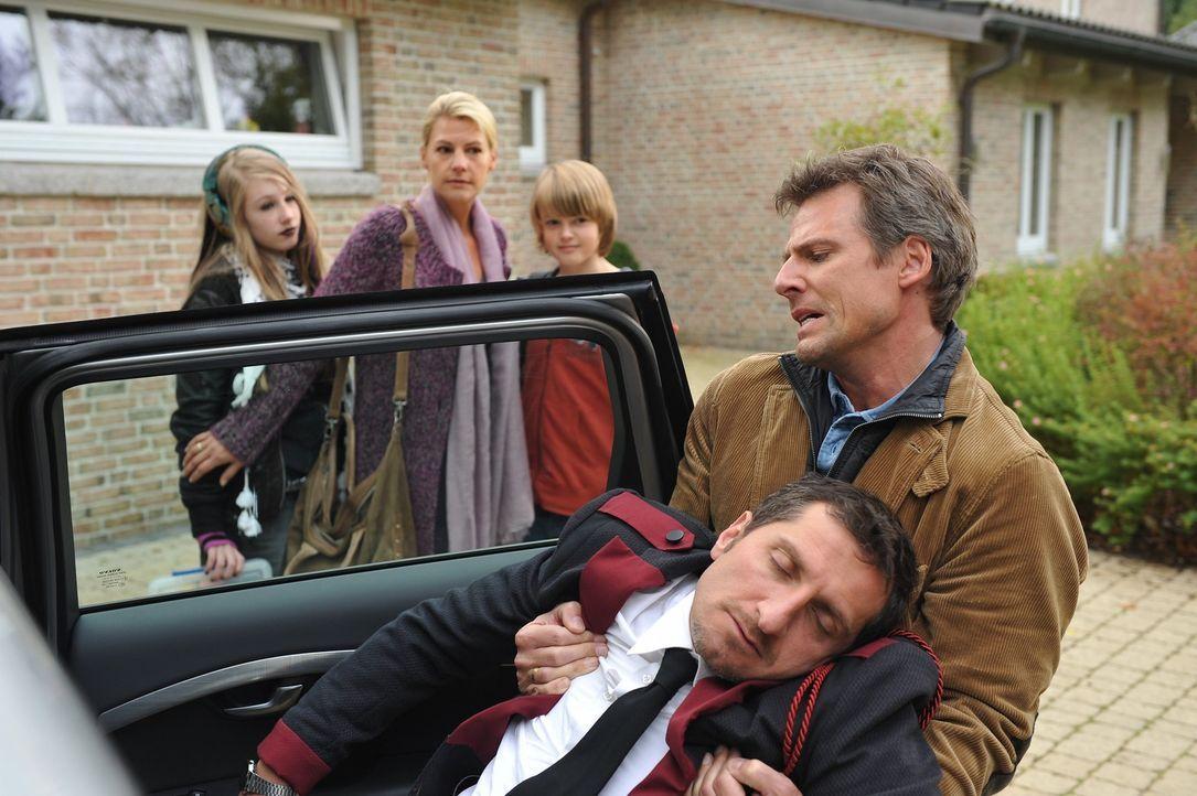 Auf dem Weg in den Urlaub fährt der ganz leicht alkoholisierte Horst Michalke (René Steinke, r.) einen Unbekannten (Tim Seyfi, vorne l.) an. Gegen d... - Bildquelle: Boris Laewen SAT.1