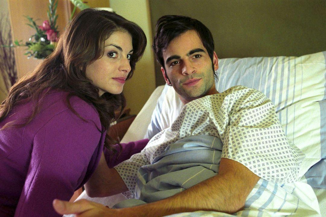 Mariella (Bianca Hein, l.) hat sich den Ausgang ihrer Verlobungsparty anders vorgestellt. Nun besucht sie David (Mathis Künzler, r.) im Krankenhaus,... - Bildquelle: Noreen Flynn Sat.1