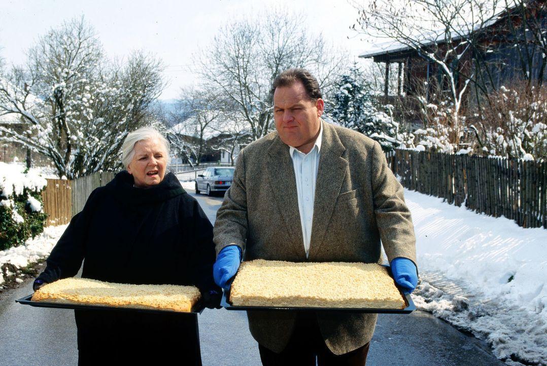 Mutter Resi (Ruth Drexel, l.) pflegt ihren Unternehmergeist. Ihre neueste Idee ist es, ihren Original Tölzer Streuselkuchen über die  Grenzen ihres... - Bildquelle: Magdalena Mate Sat.1