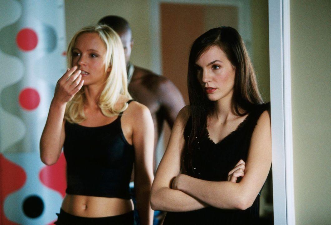 Faszinierte Beobachter eines perfiden Spiels: Evelyn (Johanna Klante, l.) und Kristina (Anne Sarah Hartung, r.) ... - Bildquelle: Erika Hauri ProSieben