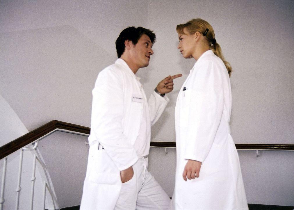 Klaus (Andreas Maria Schwaiger, l.) verärgert seine Ex-Freundin Mala (Floriane Daniel, r.), weil er nicht mit ihr auf den Absolventenball geht. - Bildquelle: Scott Kuckler Sat.1