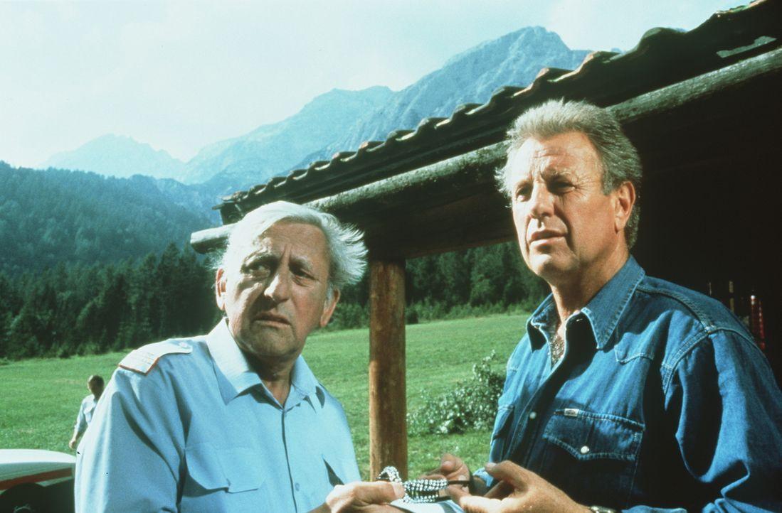 Gendarm Gilch (Maxl Graf, l.); Dr. Thomas Burgner (Gerhart Lippert, r.) - Bildquelle: Beta Film GmbH