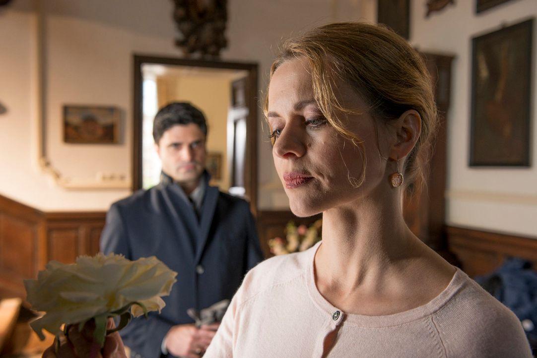 Da ihr Mann durchaus als Mörder in Frage kommt, nimmt sich Andreas (Maximilian Grill, l.) Gudrun Brügge (Christine Sommer, r.) vor. Doch die gnädige... - Bildquelle: Martin Rottenkolber SAT.1