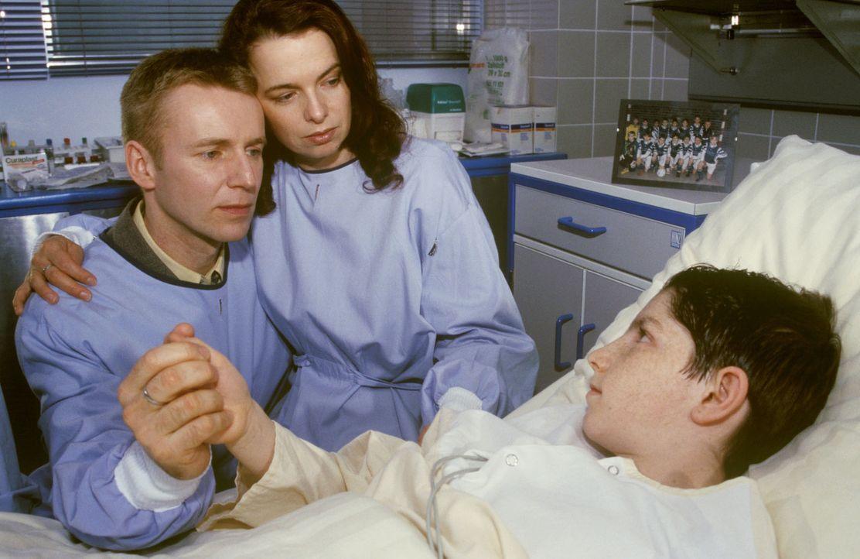 Tief erschüttert besuchen Vater (Dirk Wäger, l.) und Mutter Glaser (Esther Hausmann, M.) ihren verletzten Sohn im Krankenhaus ... - Bildquelle: Christina Kurby Sat.1