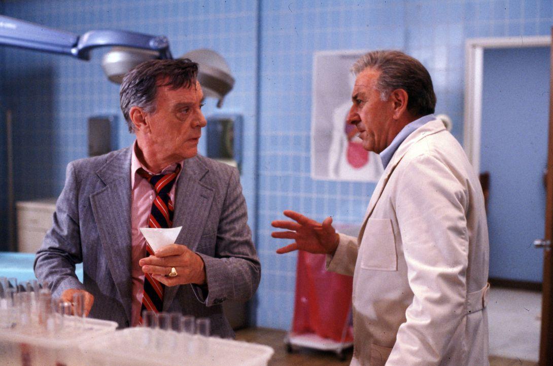 Quincy (Jack Klugman, r.) erkennt schnell, dass der Pathologe Dr. Gilbert Moore (Harry Townes, l.) einen Mord vertuschen wollte ... - Bildquelle: Universal Pictures