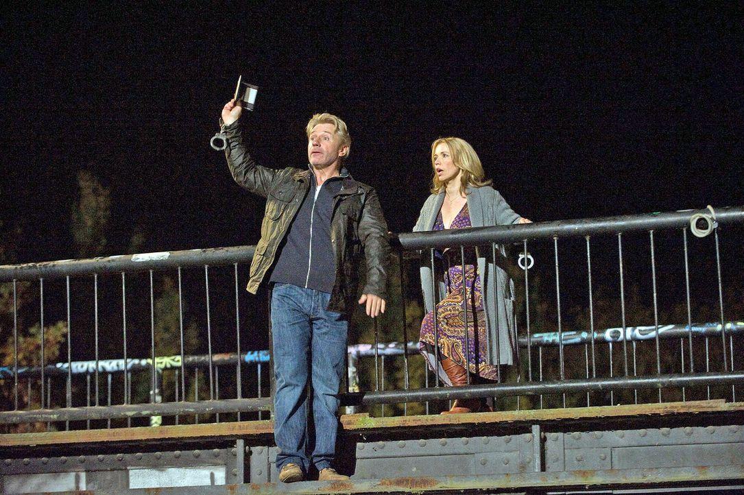 Reinhard (Jörg Schüttauf, l.) will Hannah (Tina Ruland, r.) mit einer großen Geste beweisen, dass er keineswegs so spießig ist, wie sie denkt! - Bildquelle: Gordon Mühle Sat.1