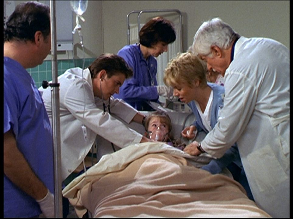 Jesse (Charlie Schlatter, 2.v.l.) und Mark (Dick Van Dyke, r.) kümmern sich um die kleine Wendy, die wegen Erstickungsanfällen eingeliefert wurde. - Bildquelle: Viacom