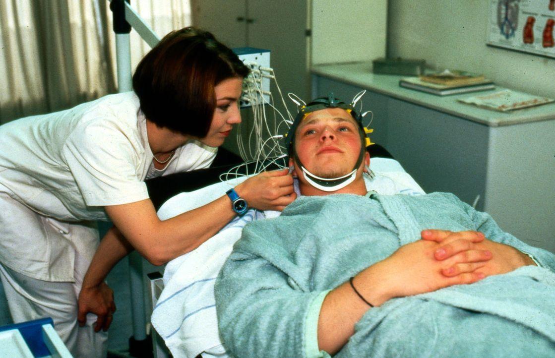 Der 17-jährige Pascal Rook (Alexander Eitner, r.) hat nach einem Streit mit seinem Vater urplötzlich einen krampfartigen Anfall erlitten. In der K... - Bildquelle: Noreen Flynn Sat.1