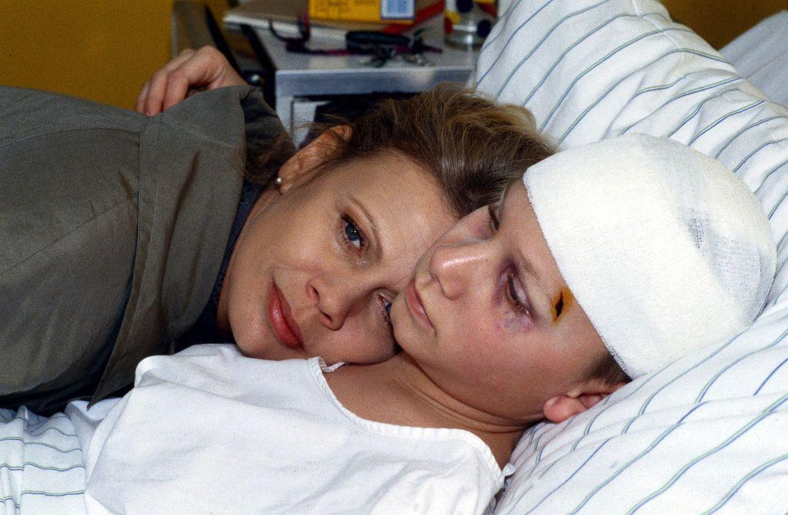 Micky (Robert Stadlober, r.) hofft, im Krankenhaus endlich Ruhe vor seinem gewalttätigen Vater zu finden. Nach der letzten Prügelstrafe musste der J... - Bildquelle: Daehn Sat.1