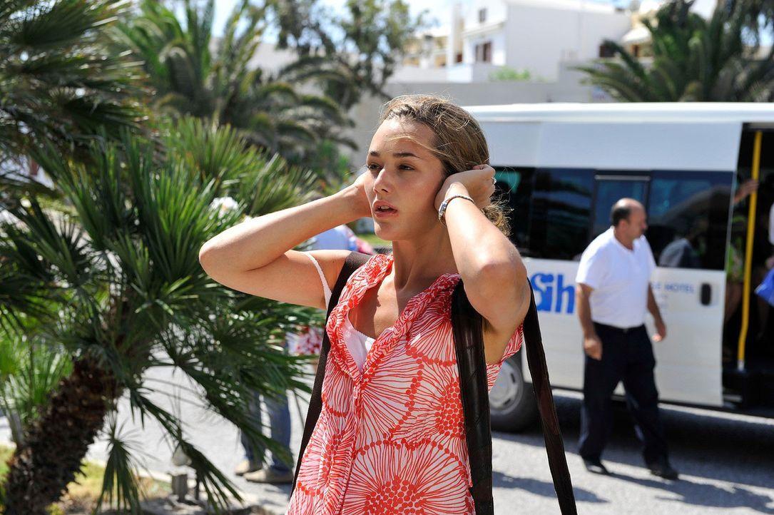 Etwas derangiert nach der stürmischen Anreise ist Vanessa (Alissa Jung) endlich auf Santorin angekommen - doch was jetzt? Aus Tims Hotel ist sie als... - Bildquelle: Hardy Brackmann Sat.1