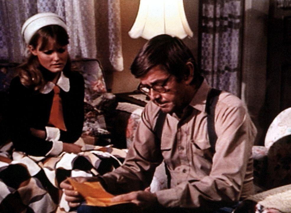 Cindy (Leslie Winston, l.) hat ein Telegramm erhalten, das John (Ralph Waite, r.) ihr vorliest: Ben ist in japanische Gefangenschaft geraten! - Bildquelle: WARNER BROS. INTERNATIONAL TELEVISION