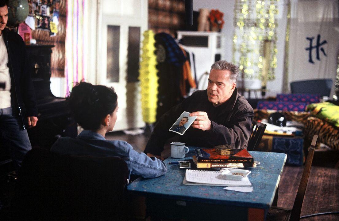 Kommissar Wolff (Jürgen Heinrich, r.) zeigt Kiki (Tamara Simunovic, l.) das Foto eines Mannes, der ermordet wurde. - Bildquelle: Leslie Haslam Sat.1