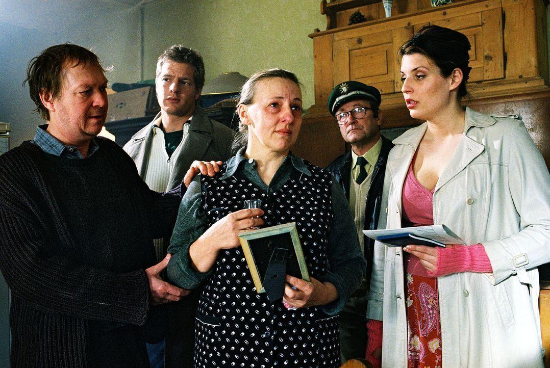Leo (Henning Baum, 2.v.l.), Nina (Elena Uhlig, r.) und der Dorfpolizist Franz Breidenbach (Erich Hallhuber, 2.v.r.) überbringen den Eltern (Wilfrie... - Bildquelle: Christian A. Rieger Sat.1