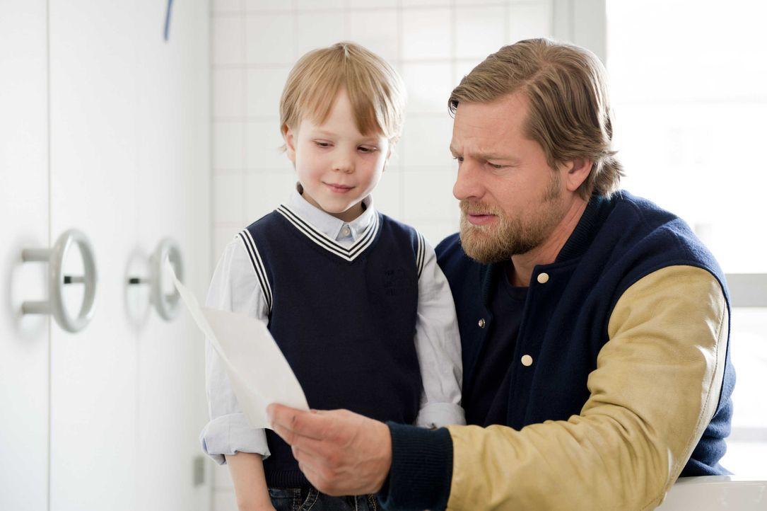 Der kleine Johannes (Felix Arndt, l.) hat nur einen Wunsch: Er will endlich in einen Kindergarten, in dem man noch spielen darf. Für Mick (Henning B... - Bildquelle: Martin Rottenkolber SAT.1 / Martin Rottenkolber
