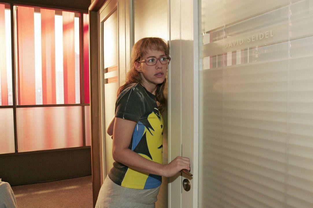 Lisa (Alexandra Neldel) fasst sich ein Herz und schreitet gen Davids Bürotür zur Tat - sie muss unbedingt mit ihrem Chef über den Karaoke-Abend spre... - Bildquelle: Noreen Flynn Sat.1