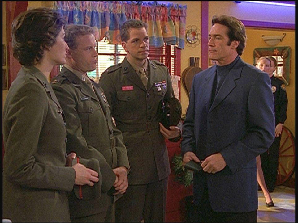 Lieutenant Steve Sloan (Barry Van Dyke, r.) befragt die verdächtigen Marines zum angeblichen Selbstmord ihres Kameraden. - Bildquelle: Viacom