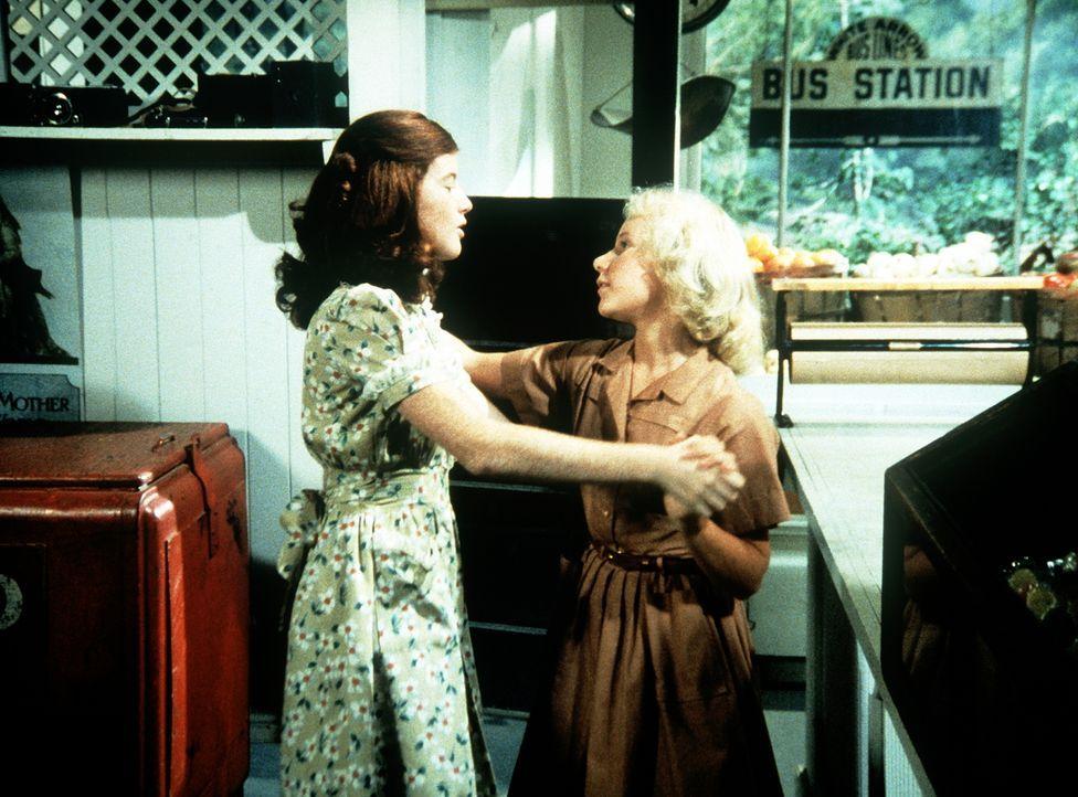Elizabeth (Kami Cotler, l.) und Aimée (Rachel Longaker, r.) üben sich im Gesellschaftstanz. - Bildquelle: WARNER BROS. INTERNATIONAL TELEVISION