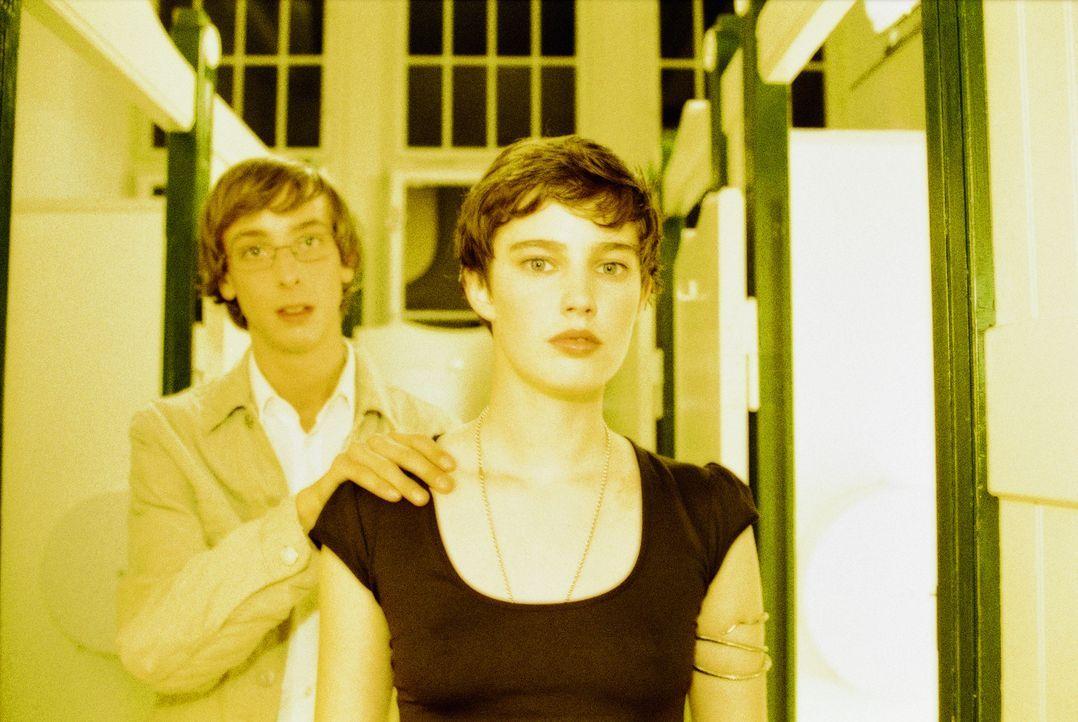 Nachdem ihre Täuschung durchschaut wurde, findet Luka (Jana Straulino, r.) bei Toby (Nicky Kantor, l.) die nötige Unterstützung. Sie planen einen al... - Bildquelle: Gordon Mühle ProSieben