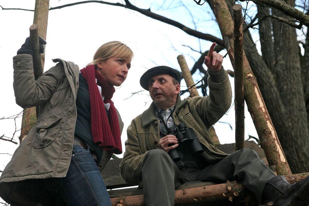 Gregor Bauer (Matthias Zelic, r.) ist auf dem Campingplatz Stammgast, hat jedoch in der Mordnacht nichts gesehen und möchte auch der Polizei nicht i... - Bildquelle: Petro Domenigg Sat.1